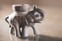 时运大象与美元的在他的树干 免版税库存图片