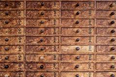 时运棍子的传统木箱 库存照片