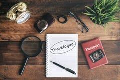 时钟、放大镜、照相机、护照、指南针和笔记本有旅行纪录片词的 免版税图库摄影