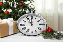 时钟、礼物和装饰在桌上 christmas countdown 免版税库存图片
