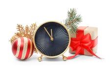 时钟、礼物和装饰在白色背景 christmas countdown 图库摄影