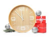 时钟、礼物和装饰在白色背景 christmas countdown 免版税库存图片
