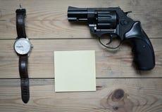 时钟、笔记薄和左轮手枪 免版税库存图片