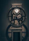 时钟减速火箭的墙壁 免版税库存照片