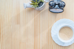 时钟和咖啡杯在木台式视图 图库摄影