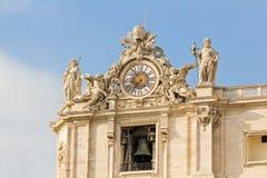 时钟和响铃在圣皮特圣徒・彼得的大教堂在梵蒂冈 库存图片