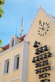 时钟和响铃在黄色膏药教会 免版税库存图片