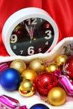 时钟和圣诞节球和玩具 免版税库存图片