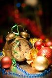 时钟和圣诞节球-节假日背景 免版税库存照片