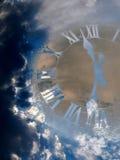 时钟和天空 免版税库存图片