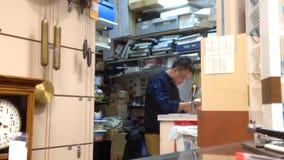 时钟和手表商店的一边有工作者定象手表的 影视素材