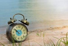 时钟和海 免版税库存图片
