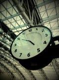 时钟在机场 免版税库存图片