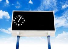 时钟在橄榄球场的比分板 库存图片
