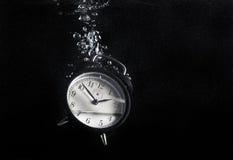 时钟在水中 库存图片