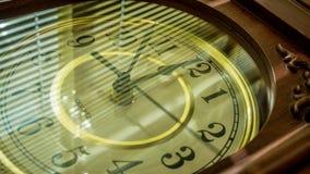 时钟定期流逝在半圈的 股票视频
