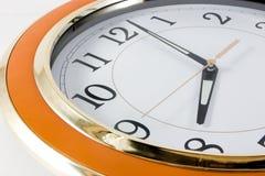 时钟接近的墙壁 免版税库存照片