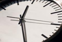 时钟用在白色拨号盘的移动的手 生活时间 免版税库存图片