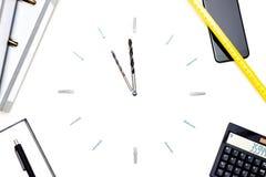时钟由螺丝和钻子制成象征时间压力 库存照片