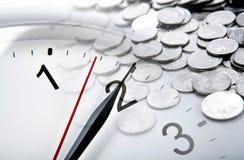 时钟表盘和俄罗斯卢布硬币和数字特写镜头 免版税图库摄影