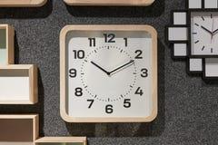 时钟装饰房子墙壁 图库摄影