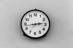 时钟装饰房子墙壁 库存照片