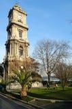 时钟dolmabahce伊斯坦布尔宫殿塔 免版税库存图片
