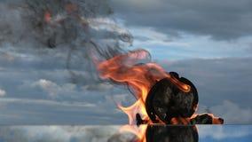 时间是火 在镜子的灼烧的老绿色时钟 股票录像