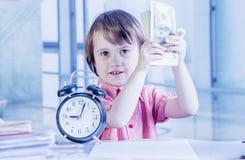 时间是金钱概念 逗人喜爱的小的事务幽默画象  免版税库存照片