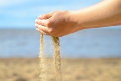时间沙子,使用与象钟表机构,流动象水的沙子的沙子的孩子 图库摄影