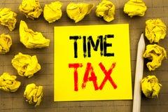 时间税 征税在葡萄酒背景的稠粘的便条纸写的财务提示的企业概念 被折叠的黄色pap 免版税库存照片