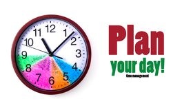 时间管理概念:有一个色的拨号盘的圆的时钟和行动纲领在白色背景的一天 库存图片