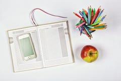 时间计划,笔记薄,空白页,电话的概念,上色了铅笔和笔 苹果计算机 计划,学校日程表 新的想法 名列前茅vi 库存照片