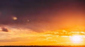 时间间隔在日出的定期流逝太阳在天空背景 与蓬松云彩的明亮的剧烈的天空 股票录像