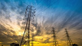 时间间隔在日落天空背景的传输塔 股票视频