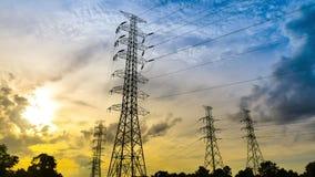 时间间隔在日落天空背景的传输塔 股票录像
