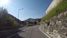 时间间隔在白云岩的风景路线的司机观点从Gardena山口的到丛林地带村庄  股票录像
