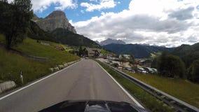 时间间隔在白云岩的风景路线的司机观点从Gardena山口的到La别墅村庄  股票录像