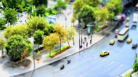 时间间隔在雅典,白天的希腊结构体中心广场与穿过街道的人 影视素材