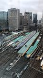 时间间隔天对来来往往在东京站的高速火车夜  影视素材
