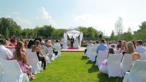 时间间隔婚礼新娘和新郎的装饰香槟 股票视频