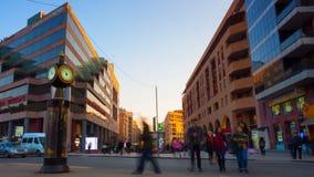 时间间隔汽车和走的步行者有长的曝光的在背景美好的都市风景在日落 股票录像