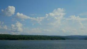 时间间隔移动在与山和湖的明亮的天空天的云彩 股票视频