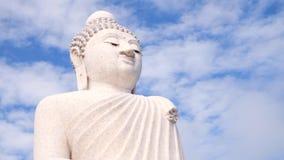 时间间隔:白色大菩萨寺庙 在坐的雕象的天空跑的云彩 4K 普吉岛泰国 股票视频