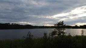 时间间隔 在森林湖视图的华美的日落 美好的夏天背景 股票录像