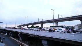 时间间隔-通过在桥梁,城市在通过桥梁的高峰时间交通的汽车、摩托车和公共汽车在金奈,印度 股票录像