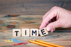 时间 在办公桌上的木信件 事务和金钱投资背景 库存照片