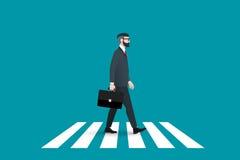 时髦书呆子行家行人交叉路大陆行人穿越道 穿着坚实衣服的这个商人和前进 免版税库存图片