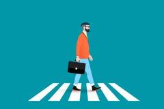 时髦书呆子行家行人交叉路大陆行人穿越道 穿着坚实衣服的这个商人和前进 免版税图库摄影