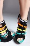 时髦五颜六色的被绘的脚趾 免版税库存照片